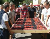 Saint-Julien-Chapteuil : 450 parts sur la tarte géante de la Fête de la myrtille