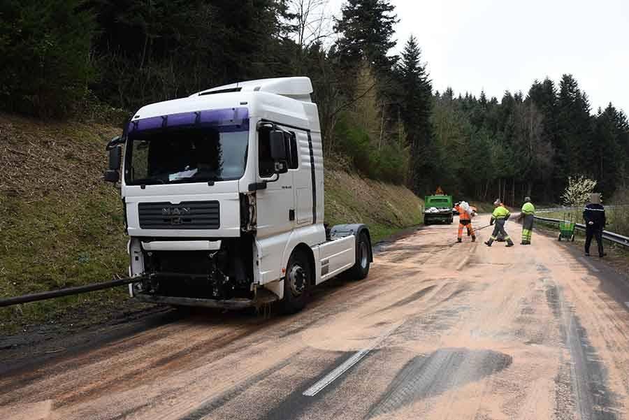 """La Séauve-sur-Semène : un camion se met en porte-feuille au """"Fayard"""""""