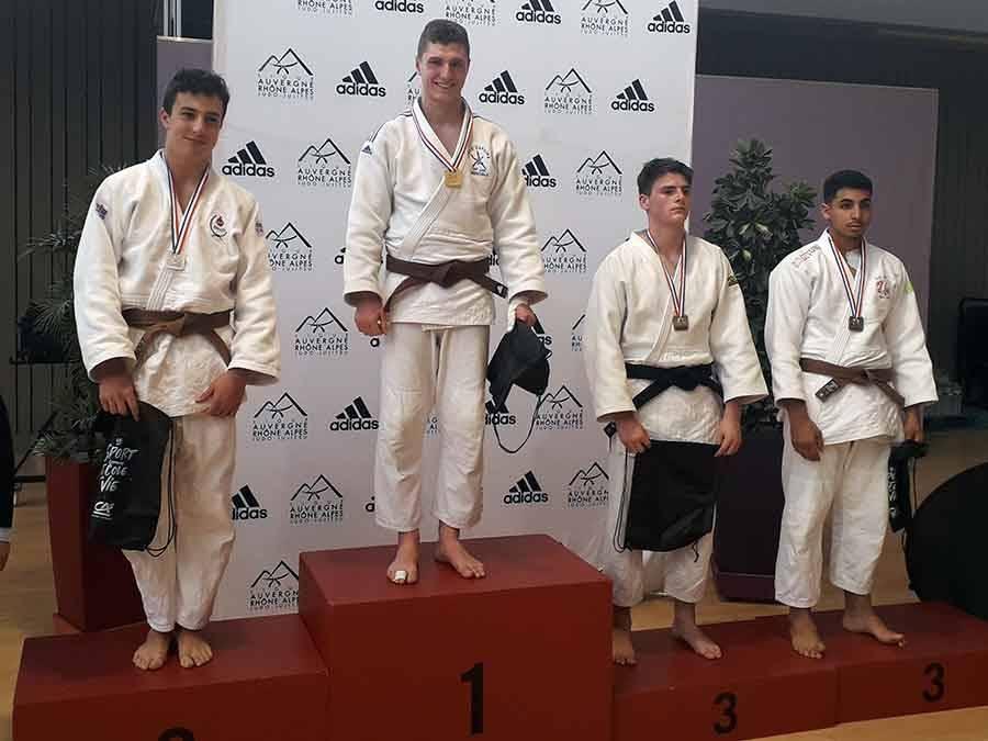 Nathan Medolago sur la plus haute marche du podium