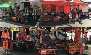 Chaussures, pantalons, vestes : le camion-magasin GSF s'installe sur les places des villages