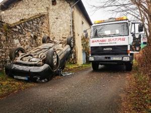 """Retournac : une voiture finit sur le toit au """"Chambonnet"""""""
