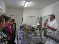 Gilles Russier le cuisinier explique aux élèves les secrets de la cuisine allemande.