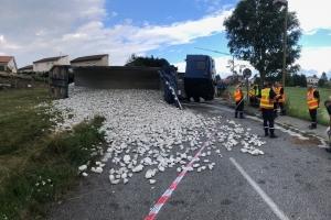 Saint-Didier-en-Velay : un camion rempli de gravier se déverse dans une rue
