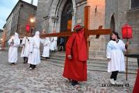 Les confréries de pénitents entrent en procession pour Pâques