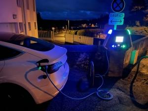 Une voiture Tesla a inauguré la borne
