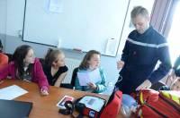 Sébastien Neboit montre le matériel aux écoliers de CM1-CM2.