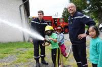 Les enfants ont pu manier la lance à incendie.