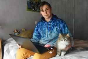Clément Celle travaille en compagnie de son chat