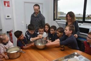 Le Pertuis : les écoliers apprennent à cuisiner avec le chef Rémy Michelas