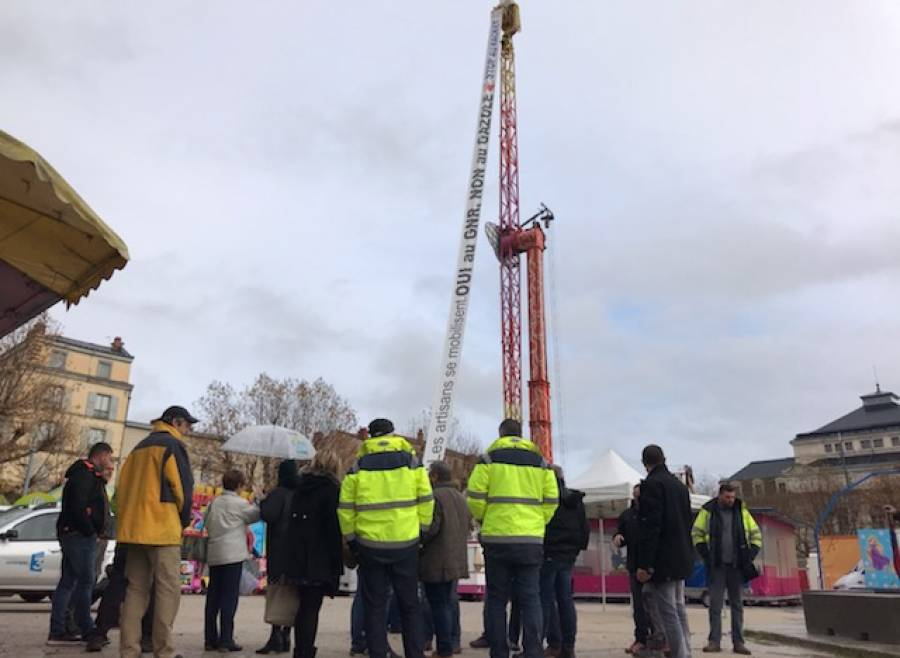 Carburants : une banderole accrochée à 40 m de haut sur un manège de la fête foraine du Puy-en-Velay
