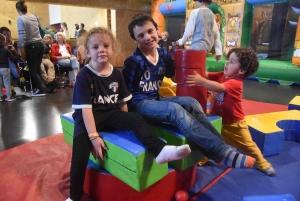 Vacances pluvieuses, enfants heureux avec les structures gonflables à Saint-Maurice, Retournac et Saint-Ferréol