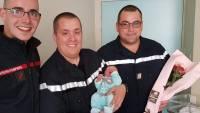 Les pompiers sont allés à la maternité avec un bouquet de fleurs pour prendre des nouvelles de Clémence, née samedi.