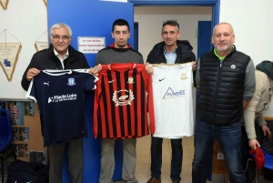 Montfaucon-en-Velay : trois jeux de maillots de foot, trois couleurs différentes
