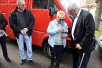 Marc Bolea, président du SDIS, remet à Martine Chapot, présidente d'AGIR, les clés du camion rouge