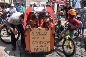 Des cyclistes mènent la Vélorution au Puy-en-Velay