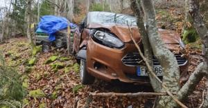 Saint-Agrève : la voiture et une remorque au fond d'un ravin