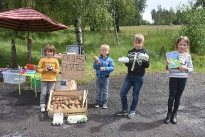 Saint-Jeures : des enfants vendent des jouets, oeufs et patates pour se faire de l'argent de poche