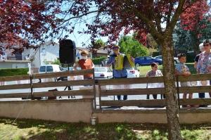 Beauzac : Alain poulakis joue de l'accordéon depuis la rue pour les résidents de Bon Secours