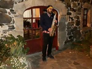 Freycenet-la-Tour : chaque soir, pour le personnel soignant, il joue d'un instrument sur le pas de sa porte