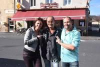 Nathalie et Yann Le Gallic entourent Souk, l'ancien gérant.