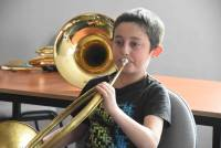 Montfaucon-en-Velay : les écoliers essaient les instruments de fanfare