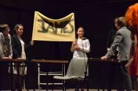 """Les jeunes de l'option euro-théâtre dans une version revisitée de """"La Famille en or""""."""