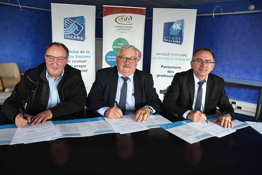 Serge Thioulouse, administrateur de la Socama, Serge Vidal, président de la Chambre des métiers et de l'artisanat de Haute-Loire, et Christian Marty, directeur commercial régional de la Banque populaire, ont signé mercredi la convention de partenariat.