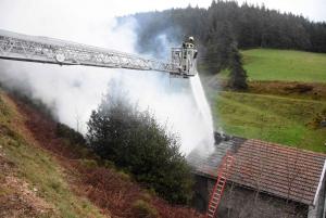 Un feu détruit une grange et une habitation à Saint-Bonnet-le-Froid