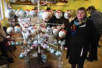 Agnès Marcon de Montfaucon-en-Velay crée d'imposantes boules de Noël, des sapins décorés à la main, des crèches.