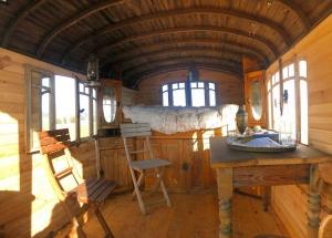 Champclause : ce berger expose des sculptures et une roulotte traditionnelle
