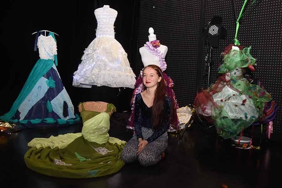 Adèle Duportal au milieu de ses robes