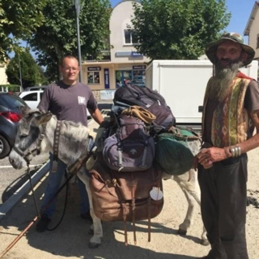 Retournac : le maréchal-ferrant en pleine action sur la place Boncompain