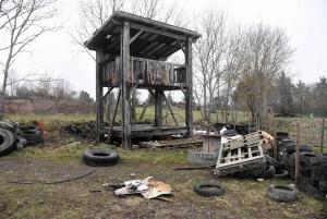 Lapte : un feu sur un mirador en bois sur le terrain de motocross