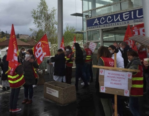 Les personnels soignants ont manifesté devant l'hôpital Emile-Roux au Puy-en-Velay