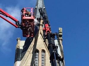 Jonzieux : les ornements en pierre retirés en haut de l'église