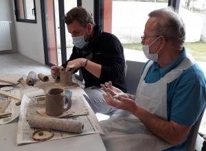Tence : les résidents des Jardins du Lignon modèlent leur tasse
