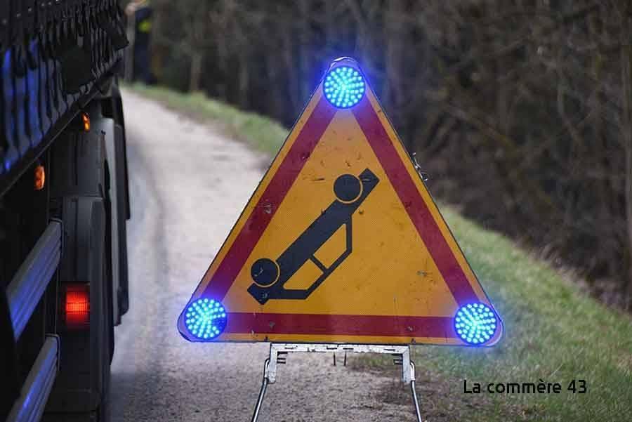 Saint-Pal-de-Mons : elle heurte un poteau après avoir croisé un camion