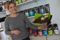 Charline Fayet compose des bouquets de bonbons et chocolats.