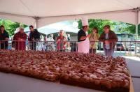 Une tarte géante chocolat et Perles rouges du Velay.