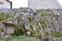 Des chutes de pierres ont été observées à cause de l'érosion naturelle de la roche.