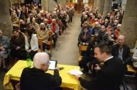 L'église était remplie pour la conférence.