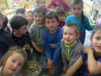 Tence : les maternelles à la chasse aux oeufs de Pâques
