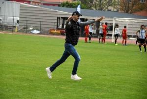 Le premier à sauter dans les bras de l'entraîneur du Puy Foot